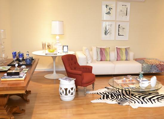 Ambiente decorado com mesa lateral Saarinen
