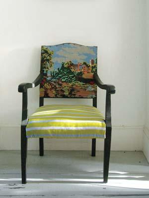 Cadeira vintage decorada com papel de parede