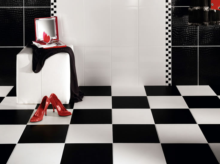 decorar o banheiro:Black and White Bathroom with Red Accents