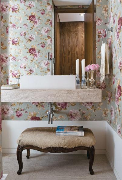 Decoração floral no banheiro
