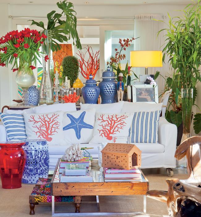 Sala de estar colorida decorada com muito estilo