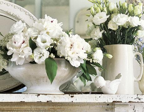 Arranjos florais com vasos brancos