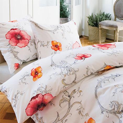 Cama decorada com motivos florais