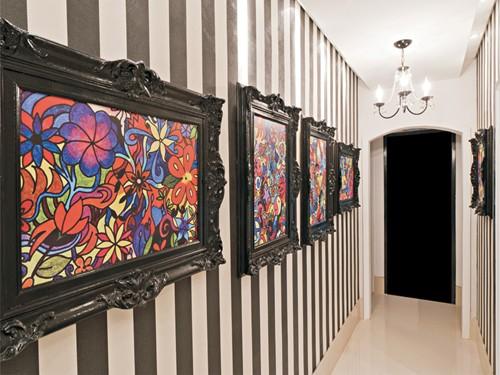 Papel de parede e quadros na decoração