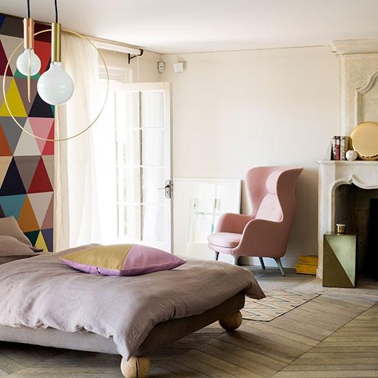Quarto colorido com motivos geométricos e um tom pastel