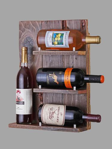 Madeira recuperada e garrafas de vinho
