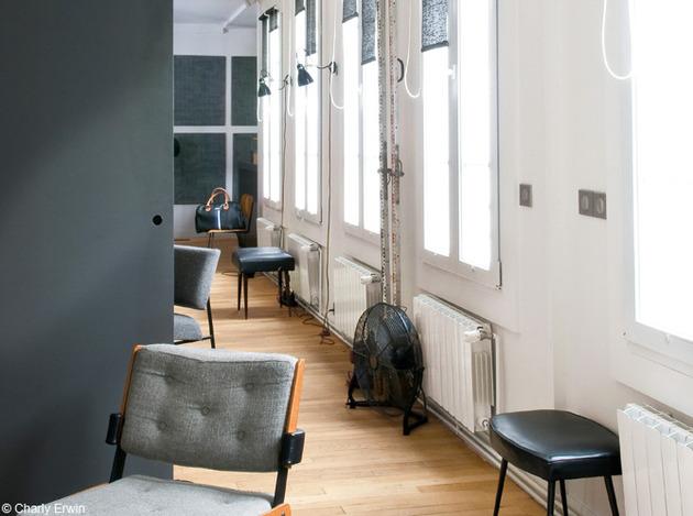 Uma segunda sala de estar surpreende neste Loft Urbano