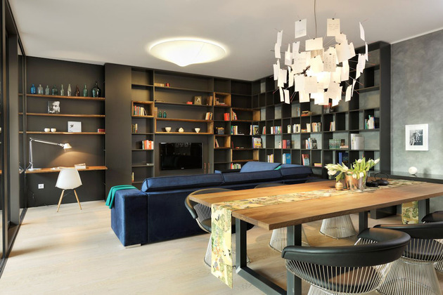 A sala de estar é integrada com a sala de jantar e o home office