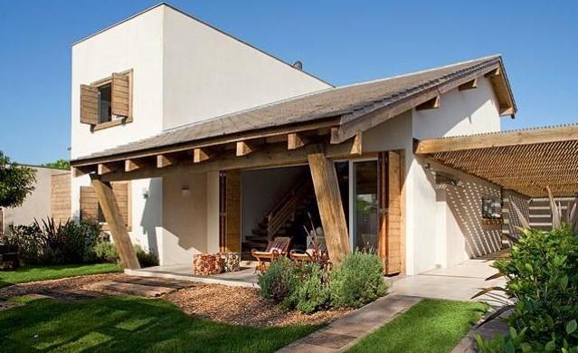 Fachada rústica com varanda e garagem