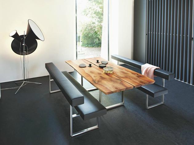 Mesa rustica combinada a bancos modernos em couro