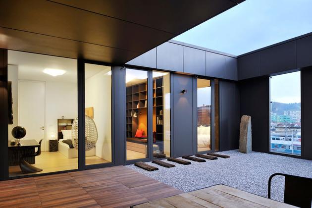 O terraço é moderno e urbano ao mesmo tempo no apartamento