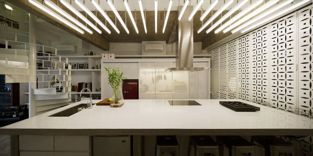A cozinha é contemporânea e super na moda