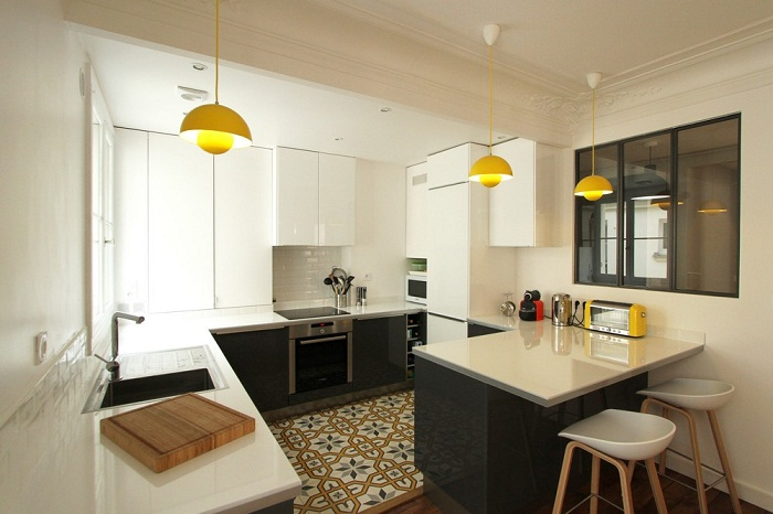 Apartamento colorido inspira o direto de paris - Cuisine 3m de long ...