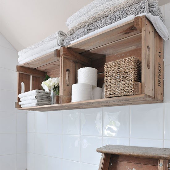 Caixotes de madeira para organizar o banheiro
