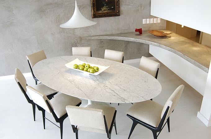 Mesa Saarinen de jantar oval na decoração