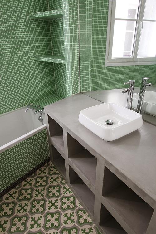O banheiro deste lindo apartamento colorido