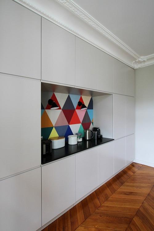 O papel de parede colorido cai muito bem ao espaço
