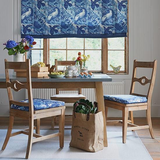 Sala de jantar combina o rustico ao tom azul