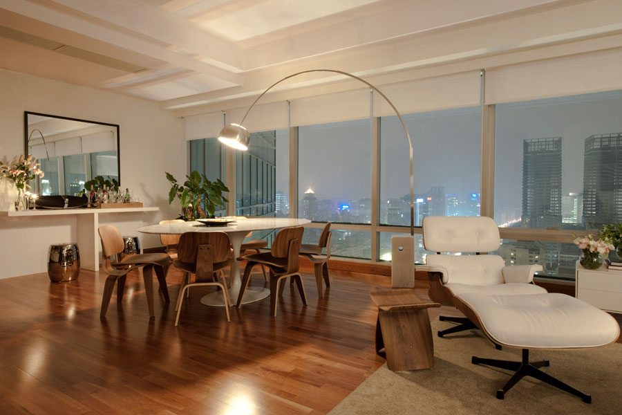 Sala de jantar decorada com mesa Saarinen