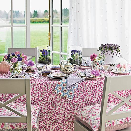 Sala de jantar rustica e florida