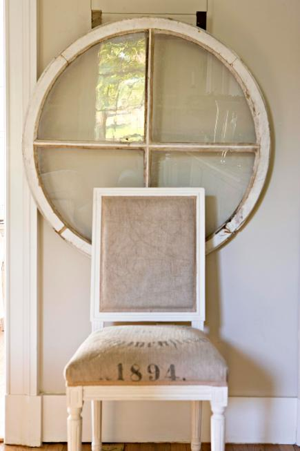 Uma janela vintage vira arte na parede