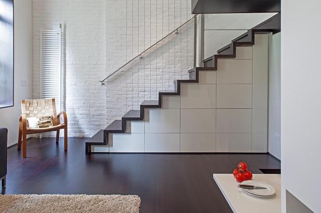 A sala de estar também foi decorada pensando em maximizar os espaços