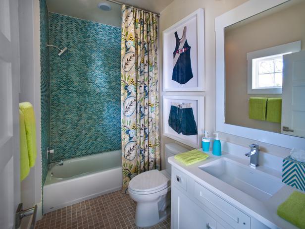 Banheiro colorido e descontraído