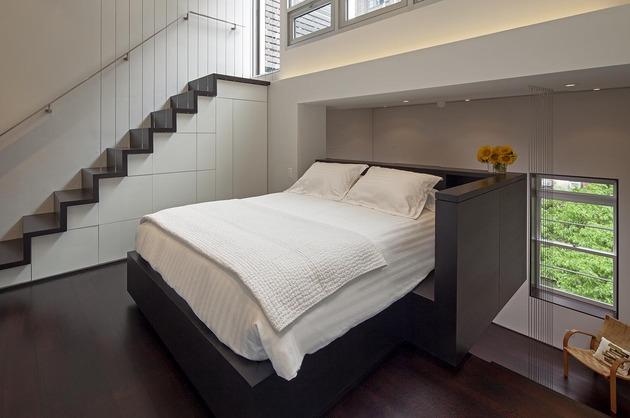 O quarto tem decoração minimalista