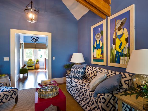 Uma sala de estar eclética e colorida