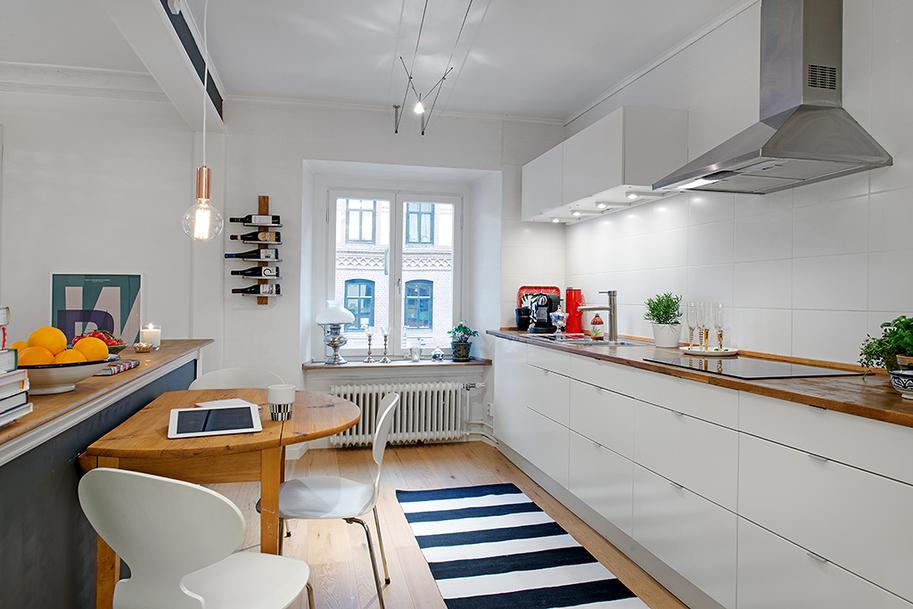 A cozinha é toda planejada para garantir os espaços no ape
