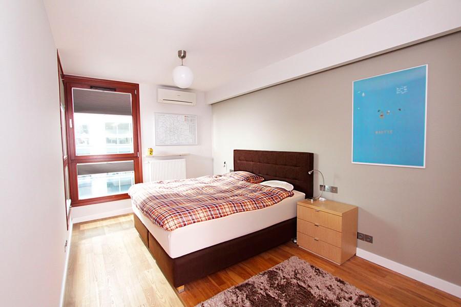 O quarto é simples e bem organizado
