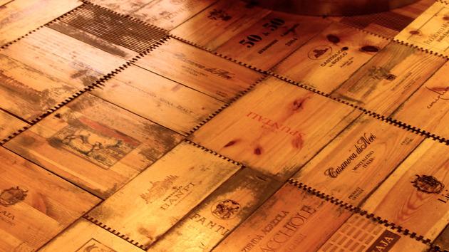 Pisos de madeira feito com caixas de vinho