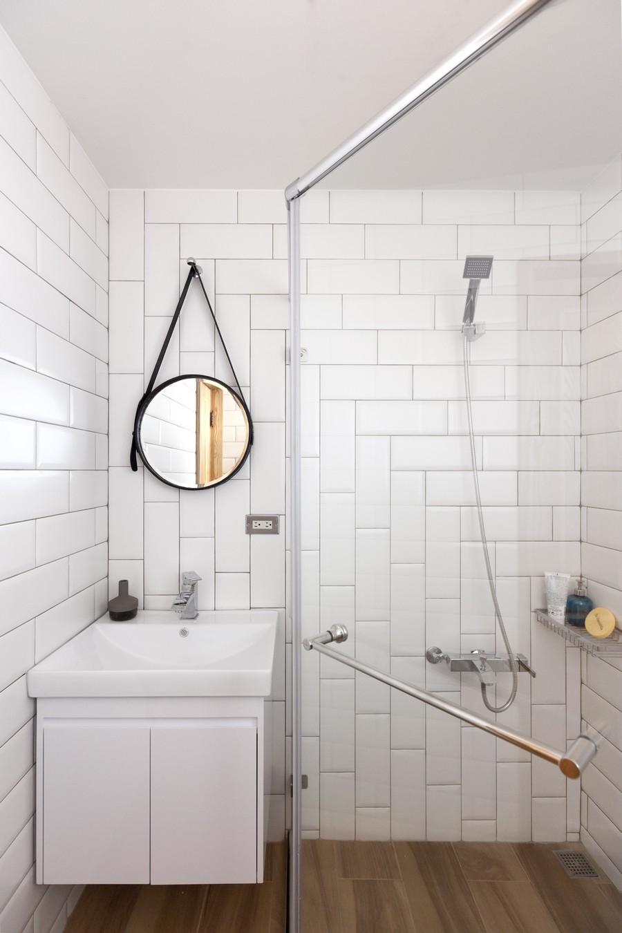 o banheiro segue a mesma linha de otimização e espaço