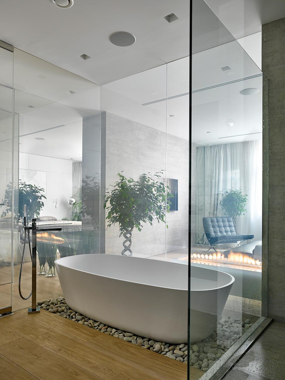 O banheiro é incrível com uma banheira gigante